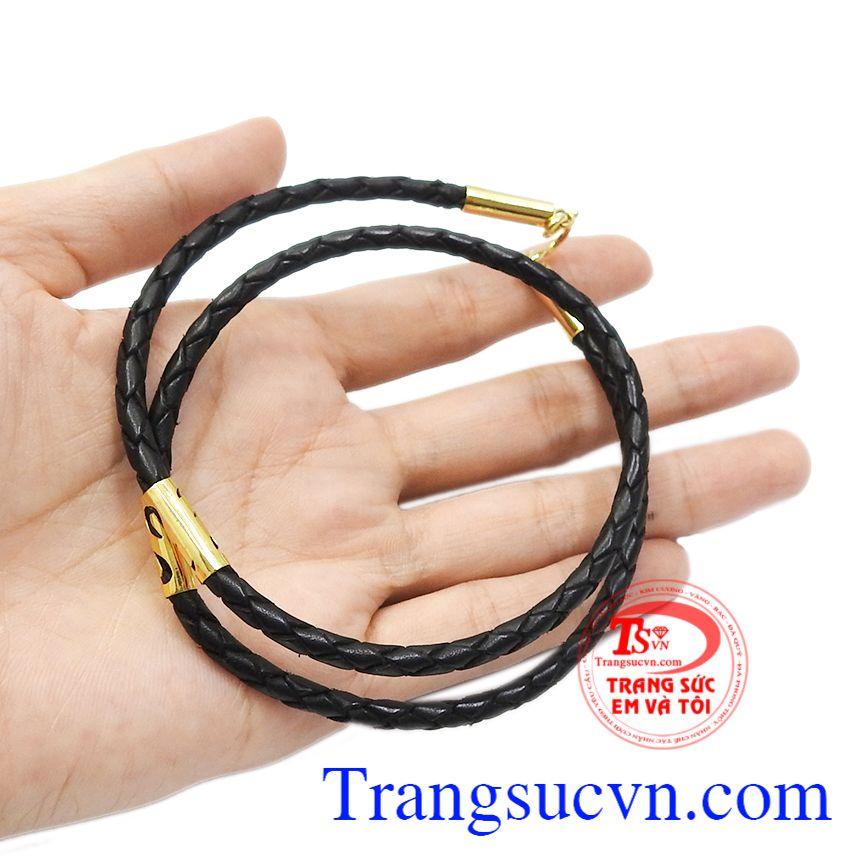 Sản phẩm phù hợp để đeo cùng mặt dây chuyền vàng hoặc mặt dây đá quý. Dây da bọc vàng nam tính