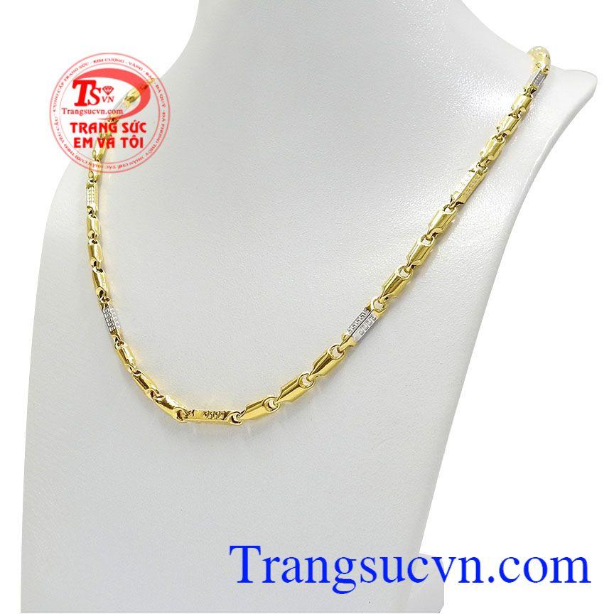 Kết hợp vàng trắng và vàng màu càng khiến cho chiếc dây chuyền thêm phần nổi bật và ấn tượng hơn. Dây chuyền phong độ phái mạnh